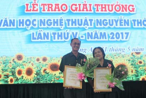 Vợ chồng nhà văn Nguyễn Xuân Đỉnh, nhà văn Võ Thúy Phượng nhận Giải thưởng Văn học Nghệ thuật Nguyễn Thông