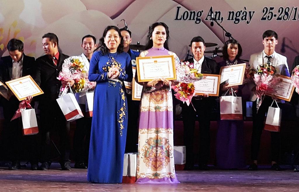 Thí sinh Lương Ngọc Trang (17 tuổi) xuất sắc giành giải Nhất hội thi