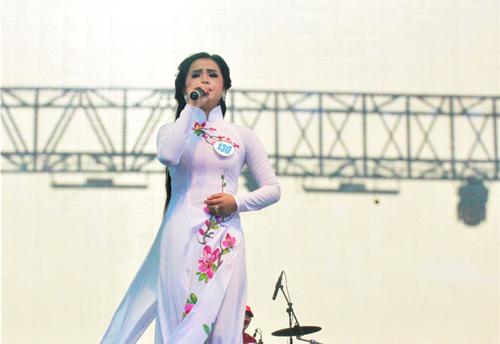 Thí sinh Lương Ngọc Trang đoạt giải Nhất đơn ca Bolero