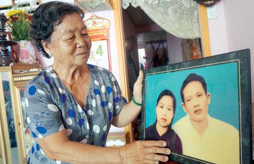 Bà Trần Thị Bé Hai và bức ảnh chụp chung của hai vợ chồng khi mới cưới