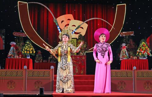 ghệ sĩ trẻ Thu Mỹ vai Thần nữ trong vở Thần nữ dâng ngũ linh kỳ tại Giỗ tổ Sân khấu