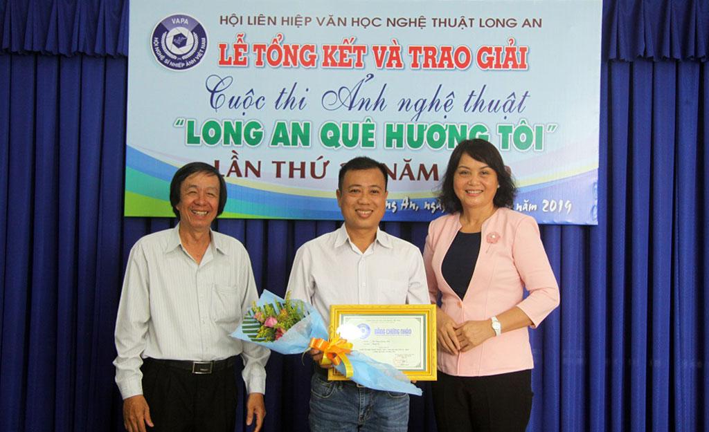 """Ban Tổ chức trao giải nhất cho tác giả Lê Tòng với tác phẩm """"Ngăn lũ"""""""