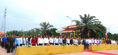 Các đại biểu tham dự Lễ dâng hương kỷ niệm 151 năm Ngày hy sinh của Anh hùng dân tộc Nguyễn Trung Trực