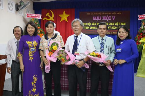 ng Võ Trường Kỳ (đứng giữa) tái cử chức danh Chi hội trưởng Chi hội Văn nghệ Dân gian Việt Nam tỉnh Long An, khóa V, nhiệm kỳ 2020 - 2025