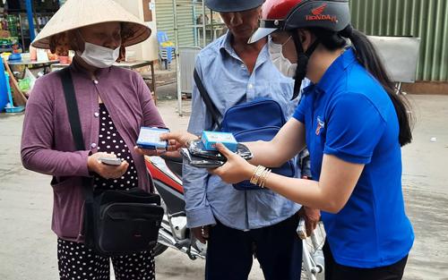 Đoàn viên thanh niên tuyên truyền, phát xà phòng diệt khuẩn góp phần phòng, chống dịch Covid-19