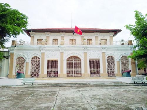 Du khách sẽ cảm nhận được không gian trầm mặc, cổ kính bởi Bảo tàng Long An được trưng dụng từ một dinh thự được xây dựng từ những năm đầu của thế kỷ XX theo kiến trúc Pháp